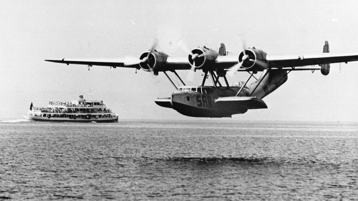 Begnung auf dem Bodensee: Die Do 24, noch mit SAR-Beschriftung, wassert neben einem Ausflugsschiff © Airbus Corporate Heritage
