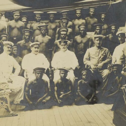 Gruppenbild mit Käpt'n: Karl Nauer (Mitte) an Bord des Postdampfers Sumatra, umgeben von seiner Mannschaft © Museum Obergünzburg